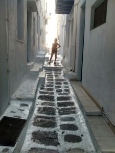 iphone_iphone5c_wallpaper_mykonos_greece_young_girl_honeymoon_narrow_street